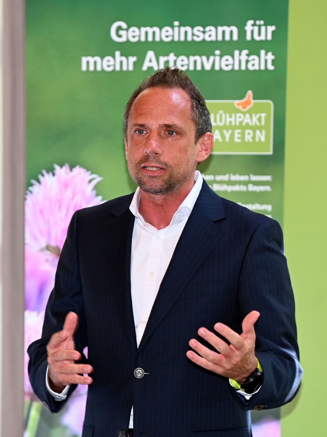 Thorsten Glauber, Bayerischer Staatsminister für Umwelt und Verbraucherschutz, bei der Pressekonferenz im Golfclub München Eichenried. Foto: StMUV / Frank Föhlinger