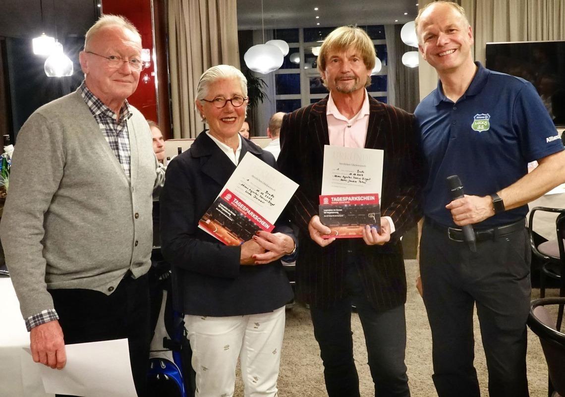 Bruttosieger: Linda Diermeier und Fotograf Joe Petrus, umrahmt von Captain Andi Diermeier, links, und Sponsor Marcus Ziegert