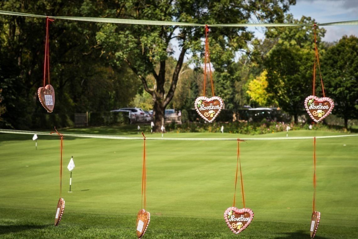 Oktoberfest-Zeit: Wiesn-Herzen sorgten für gute Laune bei den Golfer/innen.