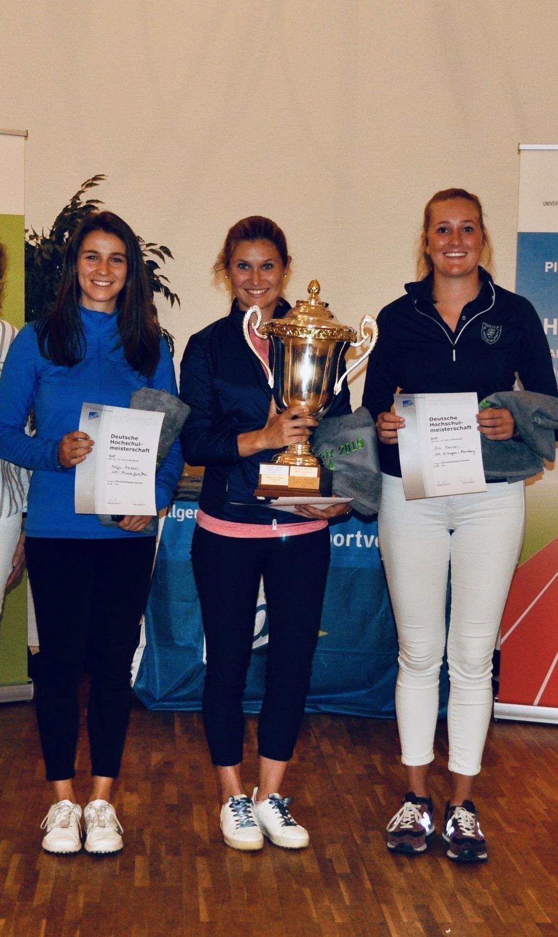 Die Siegerin Isabel Jensch flankiert von der Zweitplatzierten Antje Heissel, links, und der Dritten