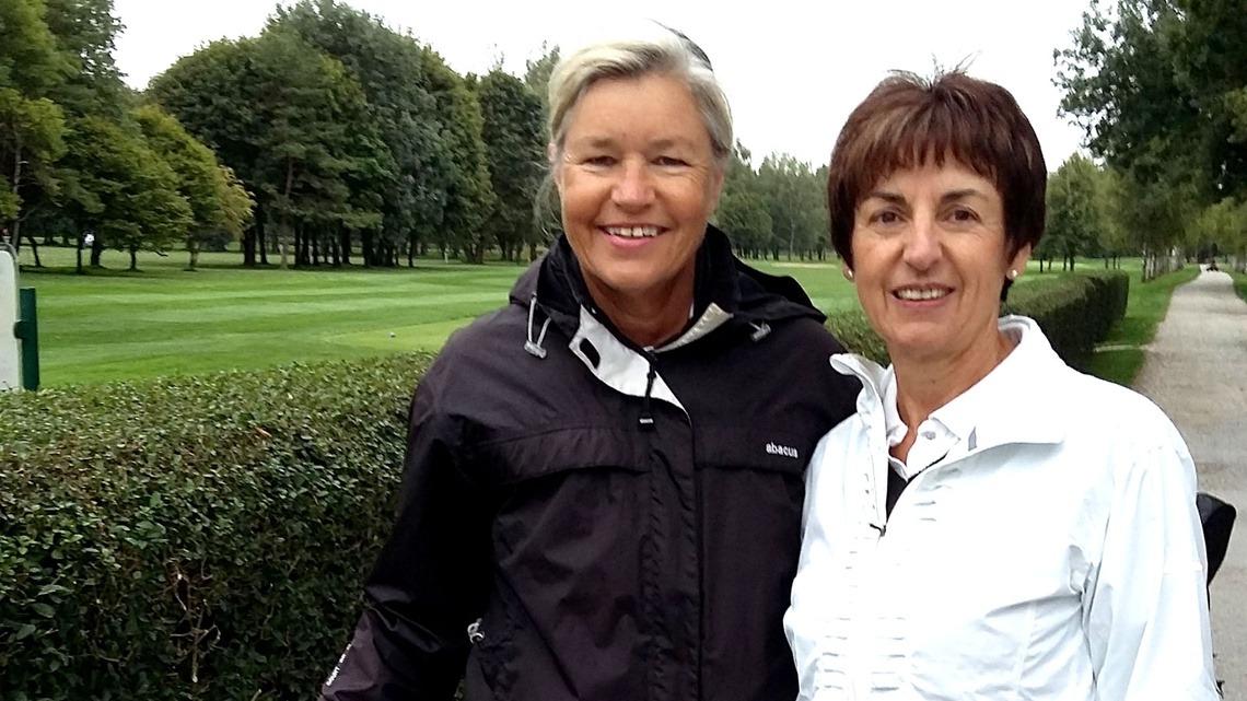 Turnierorganisatorin Heidi Rauch, links, mit Partnerin Gertraud Danzer vom GC Erding-Grünbach, noch in weißen Hosen.
