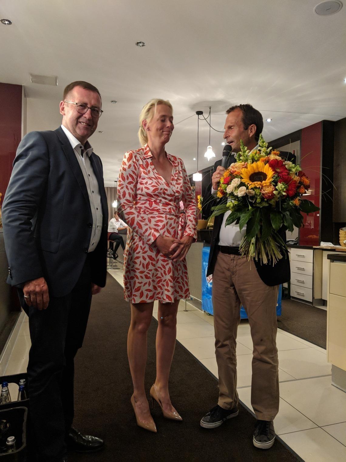 Mit einem Blumenstrauß geehrt wurde auch Frau Dr. Ines Fritz, Ehefrau von Herrn Dr. Martin Fritz, Vorsitzender des Vorstands der Fürst Fugger Privatbank, dem Turnier-Titelsponsor und großzügigen Business Partner des Golfclubs München Eichenried.