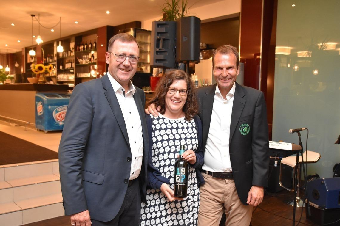 Marion Thalmeir war Doppelsiegerin am Tag ihres 29. Geburtstags: Longest Drive und Brutto Damen – zur Begeisterung von Präsident KFL, links, und Geschäftsführer Wolfgang Michel.