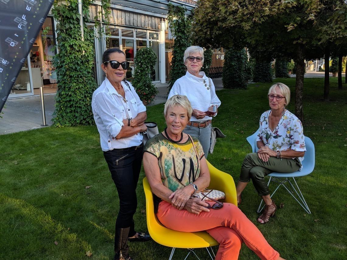 Kleines Päuschen vor dem Abendessen im Garten-Geviert: Délice Fleckenstein, Ingrid Lüllau, Marlies Stojanovic und Sophie Jäger, v. l. n. r.