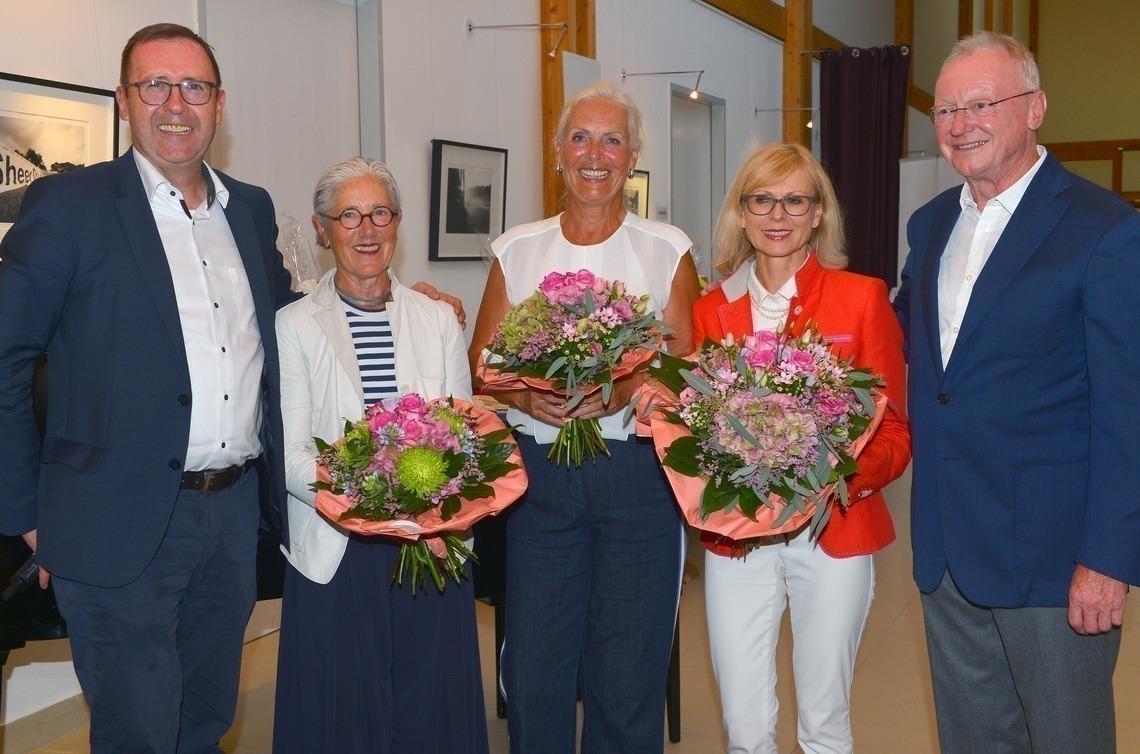 Blumen für die Damen: Linda Diermeier, Barbara Laistner und Agnes Rygol, umrahmt von Präsident Karl-Friedrich Löschhorn, links, und Senioren-Captain Andi Diermeier.