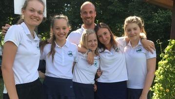 Trainer Sebastian Buhl coachte die Mädels am Einspieltag: v. l . r.: Maxima Kofler, Marie Bleicher, Maya Jinks, Fiona Rassl und Amelie Vaubel.