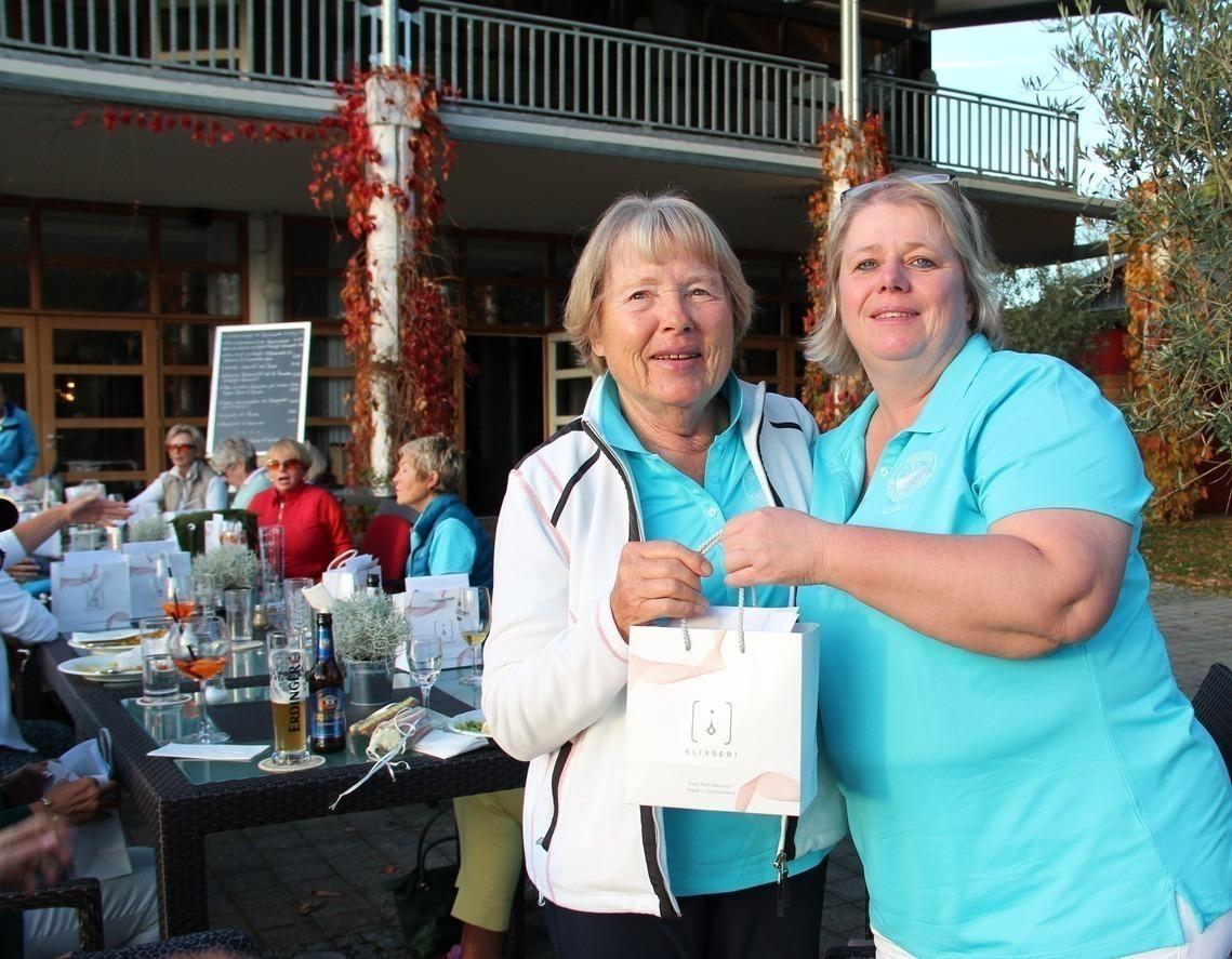 Sieglinde Seidl bekam von Vize-Ladies-Captain Rose Hellmann, rechts, den Hauptpreis überreicht, ein Serum-Set von der Schweizer Kosmetikfirma ELIXSERI im Wert von 150 Euro.