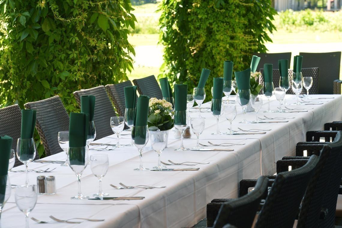 Grüne Servietten auf weißem Tisch