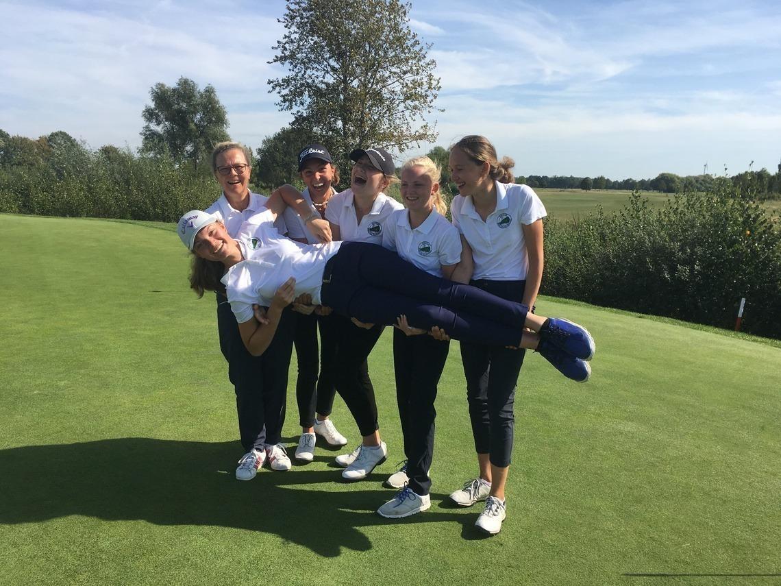 Es hat Spaß gemacht: liegend: Maxima Kofler, Kapitänin Kirsten Jinks, Fiona Rassl, Amelie Vaubel, Mara Jinks, Marie Bleicher