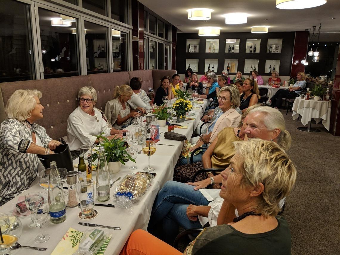 Beim leckeren Abendessen von Uli Sauer mit Auswahl zwischen drei Gerichten hatten sich die Damen viel zu erzählen.