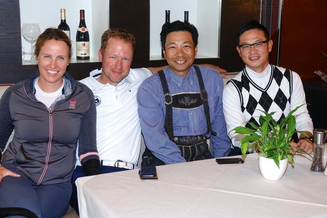 Kerstin Ivanovits und Herren-Mannschaftscaptain Alexander Koller, links, wurden Zweite im Brutto, Tim Zhu, stilecht in Lederhosen, mit Min Tang Fünfte.
