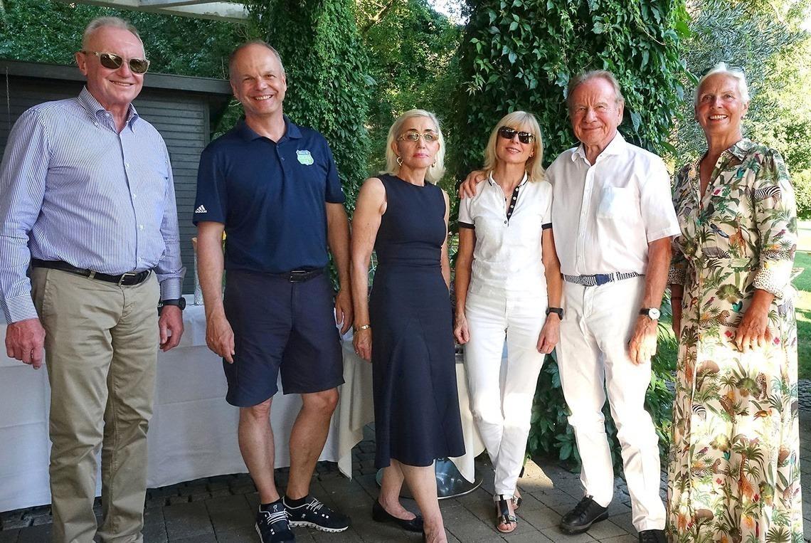 Dank an die Sponsoren: v. l. n. r. Senioren-Captain Andreas Diermeier, Marcus Ziegert, Monika Schiele, Agnes und Werner Rygol, Senioren-Captain Barbara Laistner