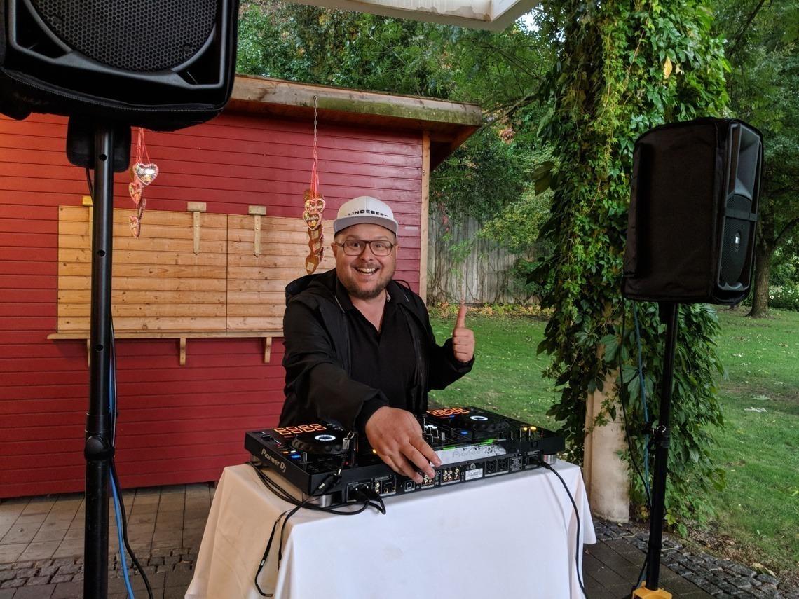 DJ Paul sorgte für Stimmung auf der Terrasse. Foto: H. Rauch
