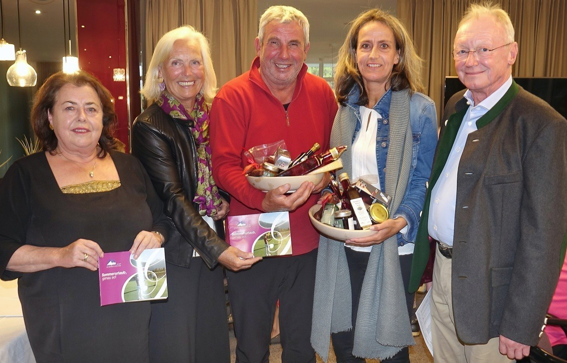 Bruttosieger wurden Josef Riedmaier vom GC Eschenried und die Eichenriederin Jutta Schippan, hier flankiert von Andi Diermeier und Barbara Laistner.