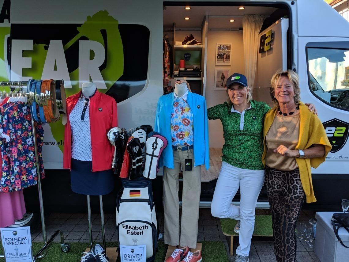Lisl Esterl hatte ihren Golfmode-Truck aufgebaut und fand kauffreudige Kundinnen, hier Johanna Holdenrieder, rechts.