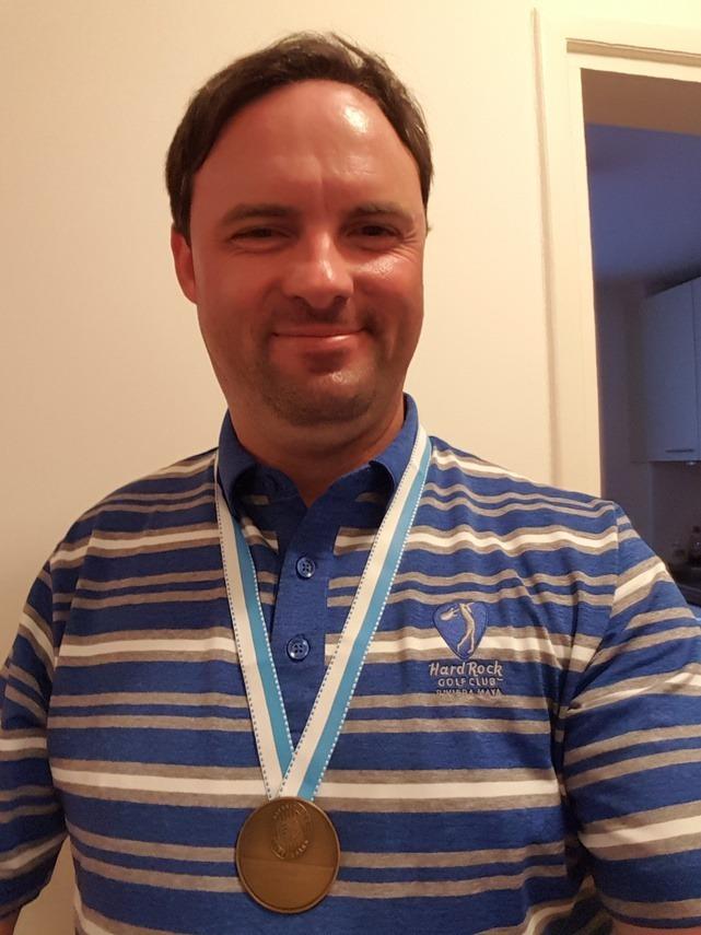 Mark Schindhelm freut sich riesig über seine erste Medaille.