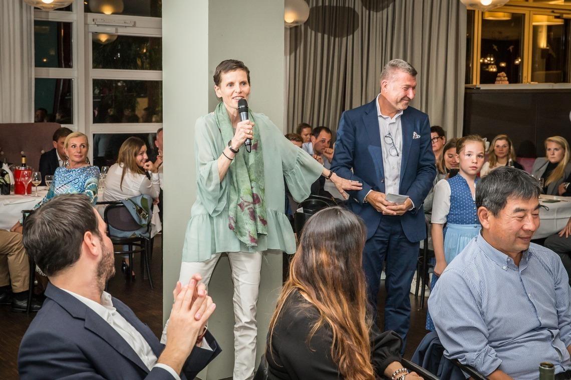 Martina Münch-Nicolaidis freute sich über einen Scheck für ihre Nicolaidis-YoungWings-Stiftung, die trauernde Kinder unterstützt.