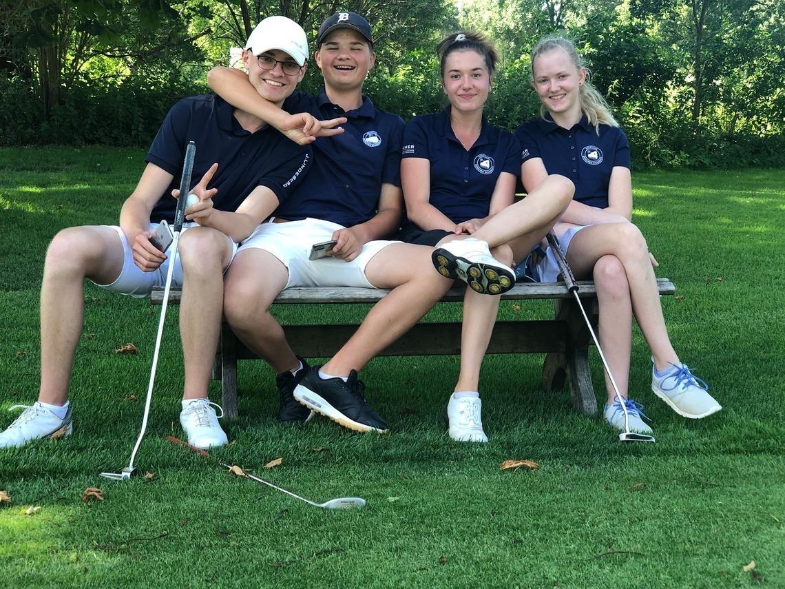 Gute Laune und Platzkenntnis steuerten die Mannschaftsspieler bei: v. l. n. r. Moritz Stienen, Leopold Hirsch, Johanna Metzger und Mara Jinks