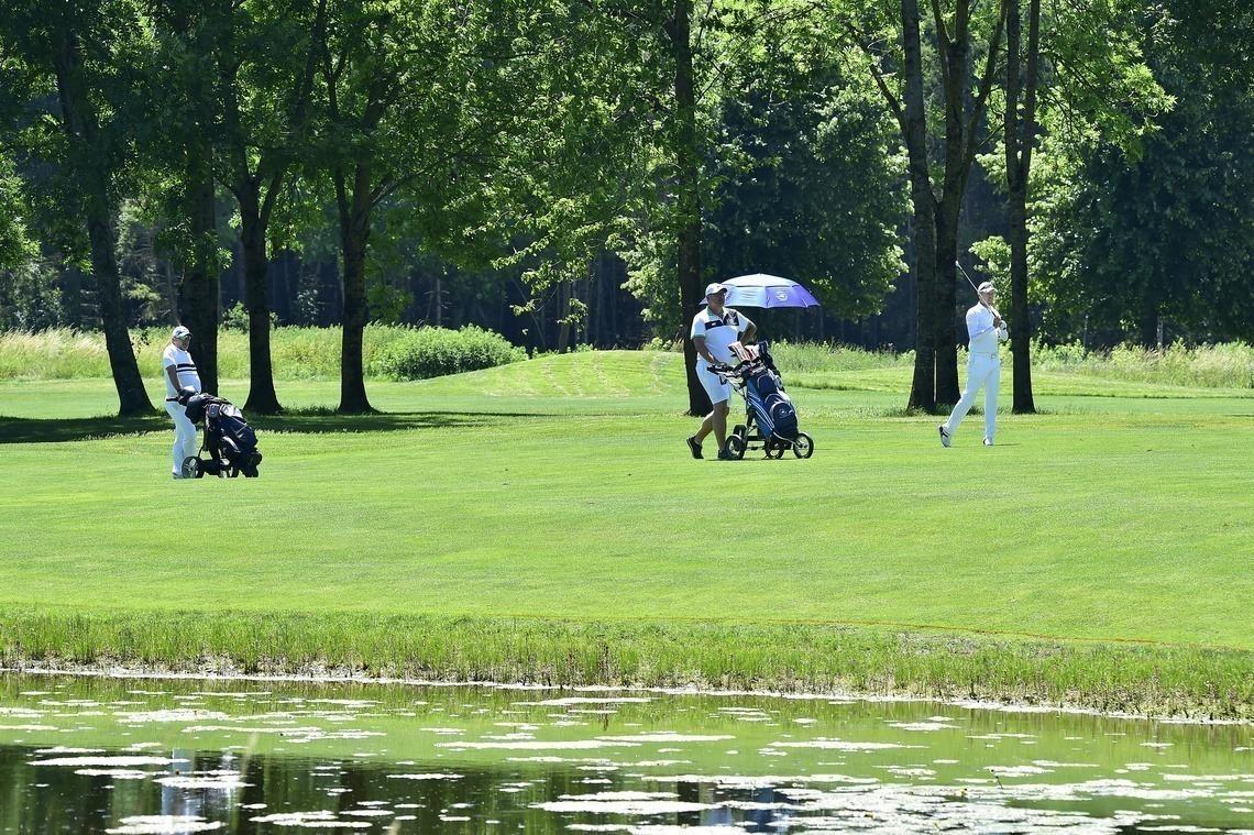 """Unser Golfplatz bietet viele """"Auslaufmöglichkeiten"""": Abstand halten sollte auch im 3er oder 4er Flight problemlos möglich sein."""