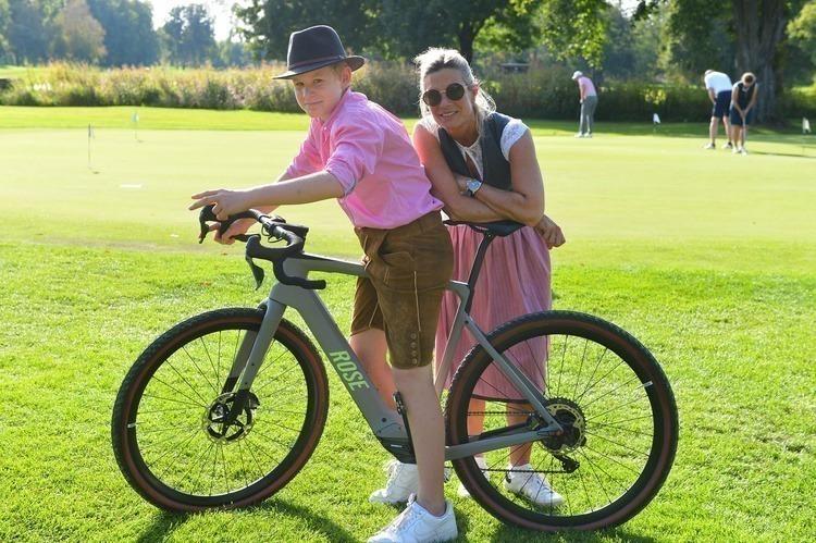 Kleine Probefahrt mit dem ROSE Bike: Nico Vaubel mit Petra Doden