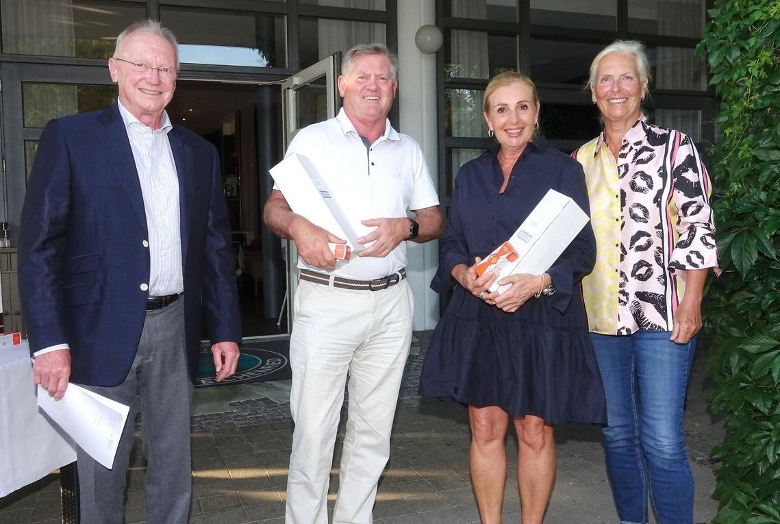Die Bruttosieger Peter Mair vom GC Wörthsee und die Eichenrieder Seriensiegerin Evi Rath, umrahmt von den beiden Senioren-Captains Andreas Diermeier und Barbara Laistner.