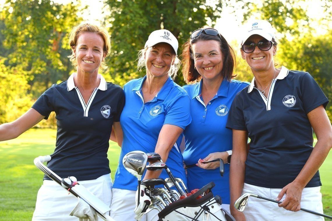 Fröhlich in Mannschaftskleidung: v. l. n. r. Nina Mack, Marion Donner, Sabine Obermayr, Jutta Schippan. Foto: Joe Petrus