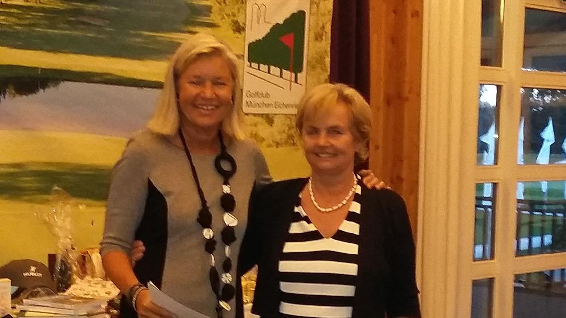 """""""Best dressed Bridge player"""" Resi Forster im eleganten schwarz-weiß gestreiften Kleid bekam von Heidi Rauch einen Gutschein für die Olivenölschule by Olio Piceno."""