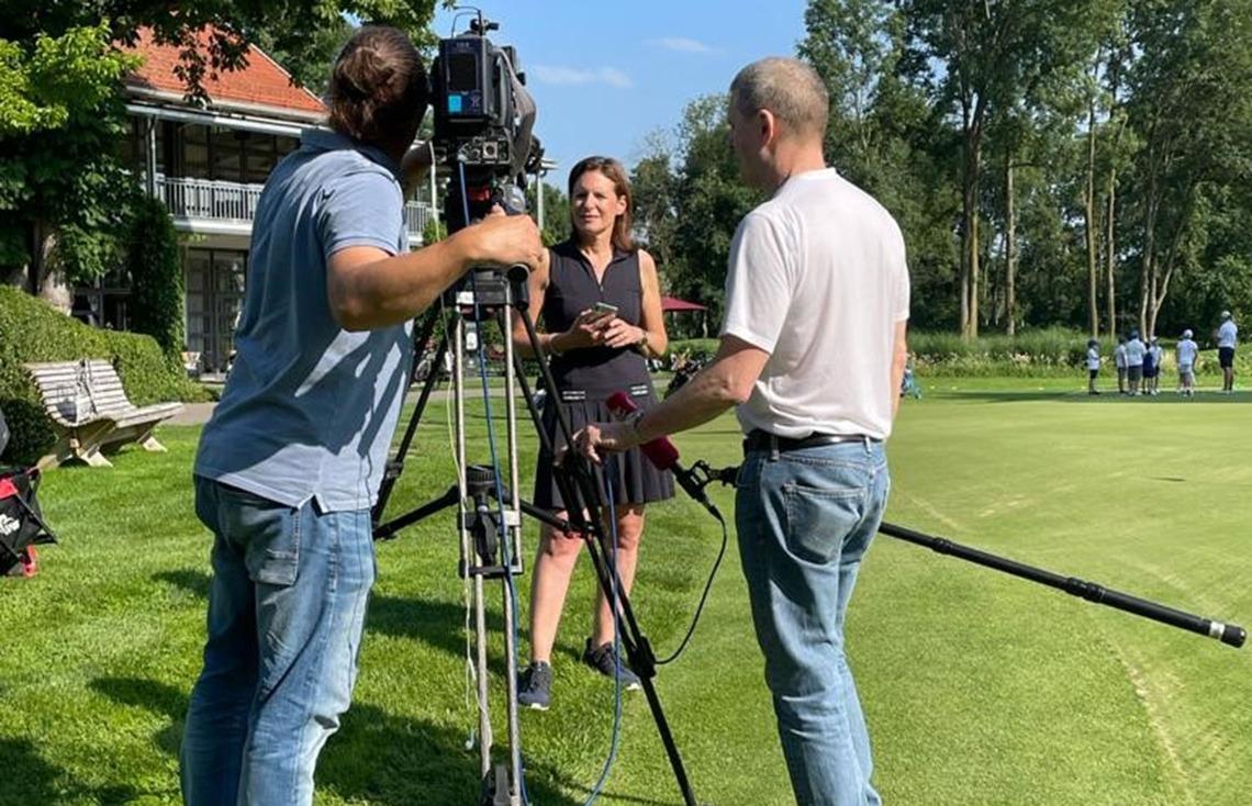 Jugendreferentin Vera Vaubel beschreibt dem Fernsehteam die erfolgreiche Eichenrieder Jugendarbeit.