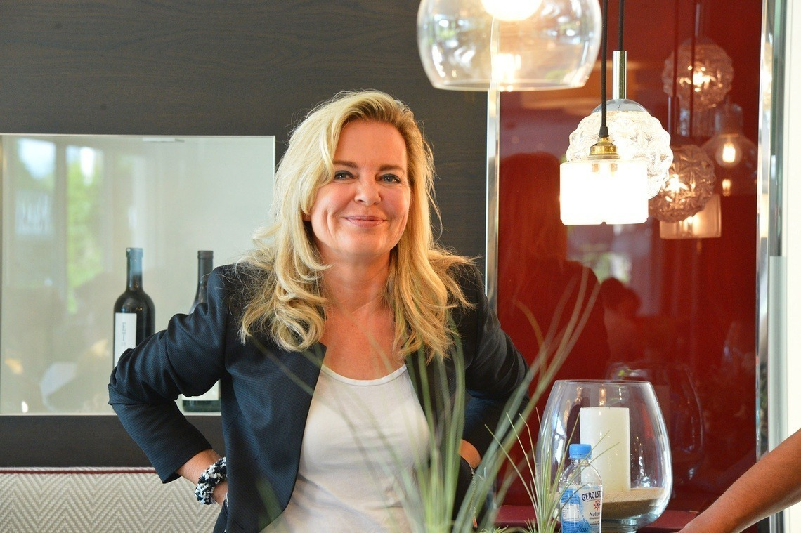 """Claudia Lammel glücklich über so viele glückliche Gesichter bei """"ihrem"""" Fördervereinsturnier."""
