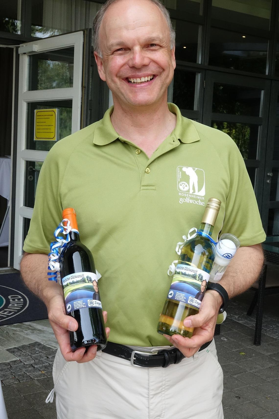 Allianz-Agentur-Inhaber Marcus Ziegert spendierte Weinflaschen als Sonderpreise.