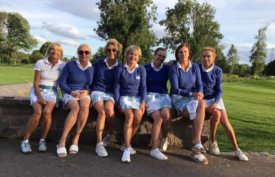 Stolz auf die Position des Gruppenersten können auch die Damen AK50 sein: v. l. n. r. Renate Rebholz, Evi Rath, Kornelia Hagenbucher, Captain Ute Häring, Kirsten Jinks, Gaby Schuster und Daniela Schellinger
