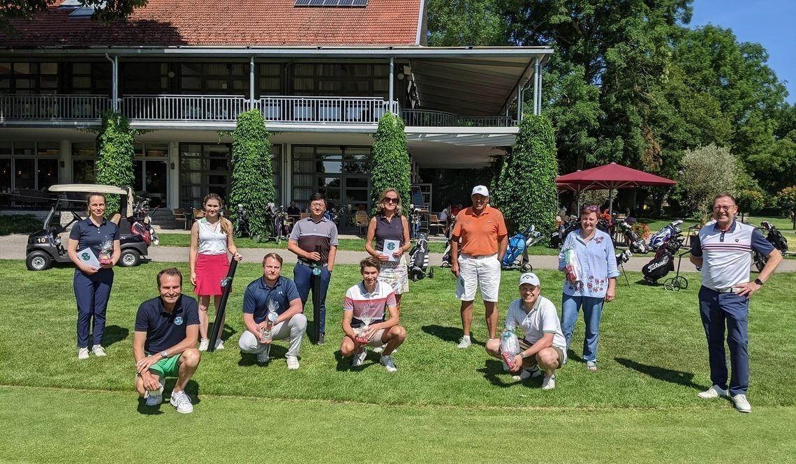 Die Sieger*innen vor dem Clubhaus mit Wolfgang Michel, links, und Karl-Friedrich Löschhorn, rechts.