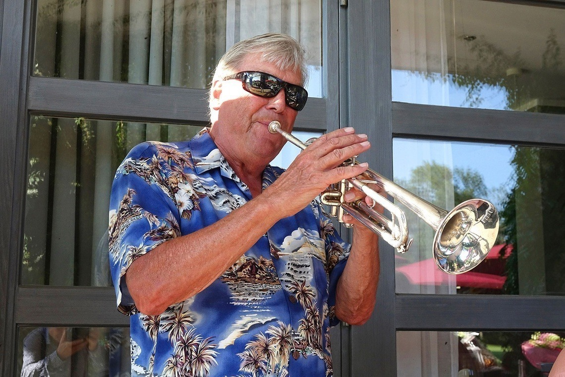 Otto Laistners Trompete heizt ein.