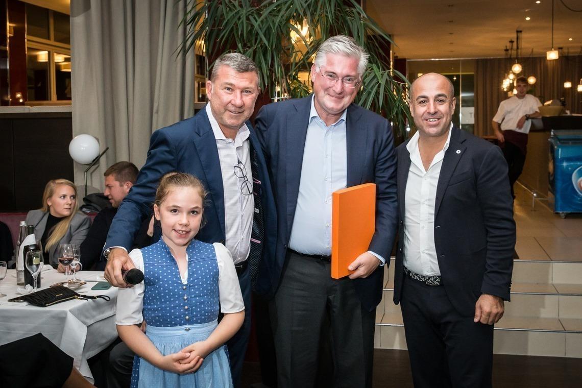 Überrascht nahm Dr. Martin Fritz von Golf extra-Chef Ergül Altinova, rechts, seinen Reise-Gewinn entgegen; links Bernd Glönkler.