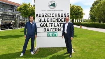 Bayerns Umweltminister Thorsten Glauber, rechts, und Geschäftsführer Wolfgang Michel freuen sich über das Naturschutz-Engagement des Golfclubs München Eichenried.