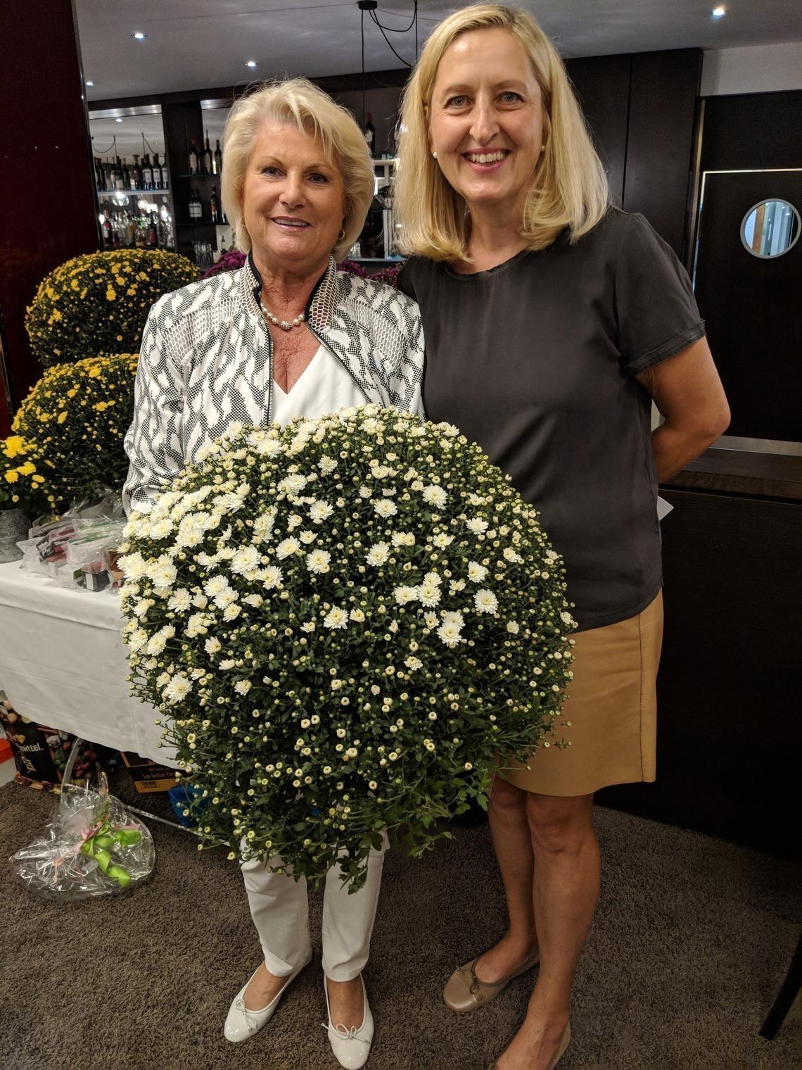 Beuerbergs Ladies Captain Heide Bogner, links, bekam von Eichenrieds Ladies Captain Karin Hoyler einen Extra-Blumentopf.