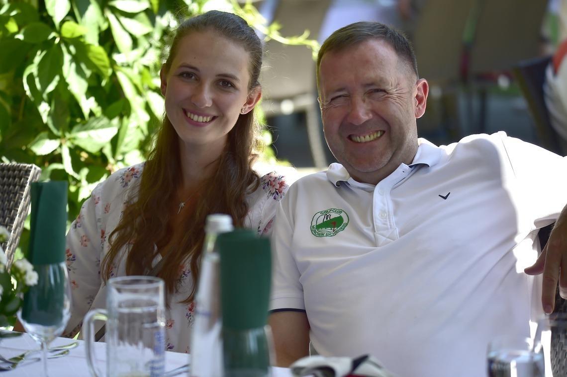 Bruttosiegerin Nathalie Irlbacher und Präsident Karl-Friedrich Löschhorn