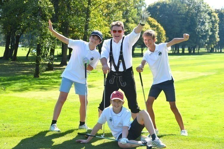 Gut gelaunter Flight: Valentin, Harald und Severin Szika mit Lucky33-Gewinner Constantin Wild, rechts