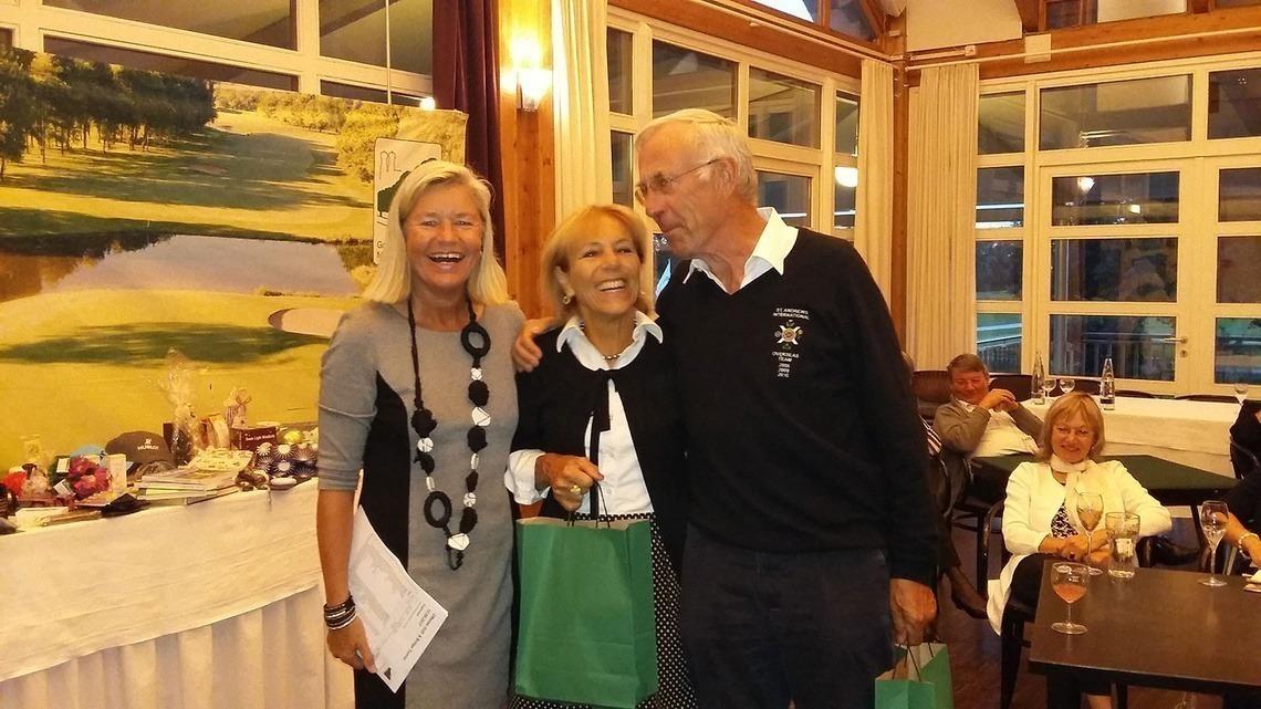 Sieger des Tages: Tamara Zeh und Thies Eggers siegten in der Golf & Bridge-Kombi-Wertung und waren das beste Golfpaar; links Turnier-Organisatorin Heidi Rauch.
