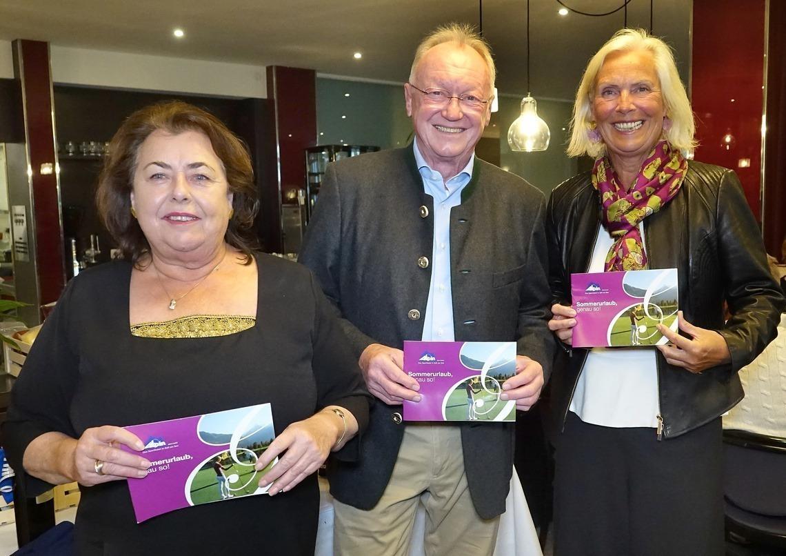 Hotel-Inhaberin Vroni Schwaninger, links, freute sich mit den beiden Seniorencaptains Andreas Diermeier und Barbara Laistner über die gute Stimmung.