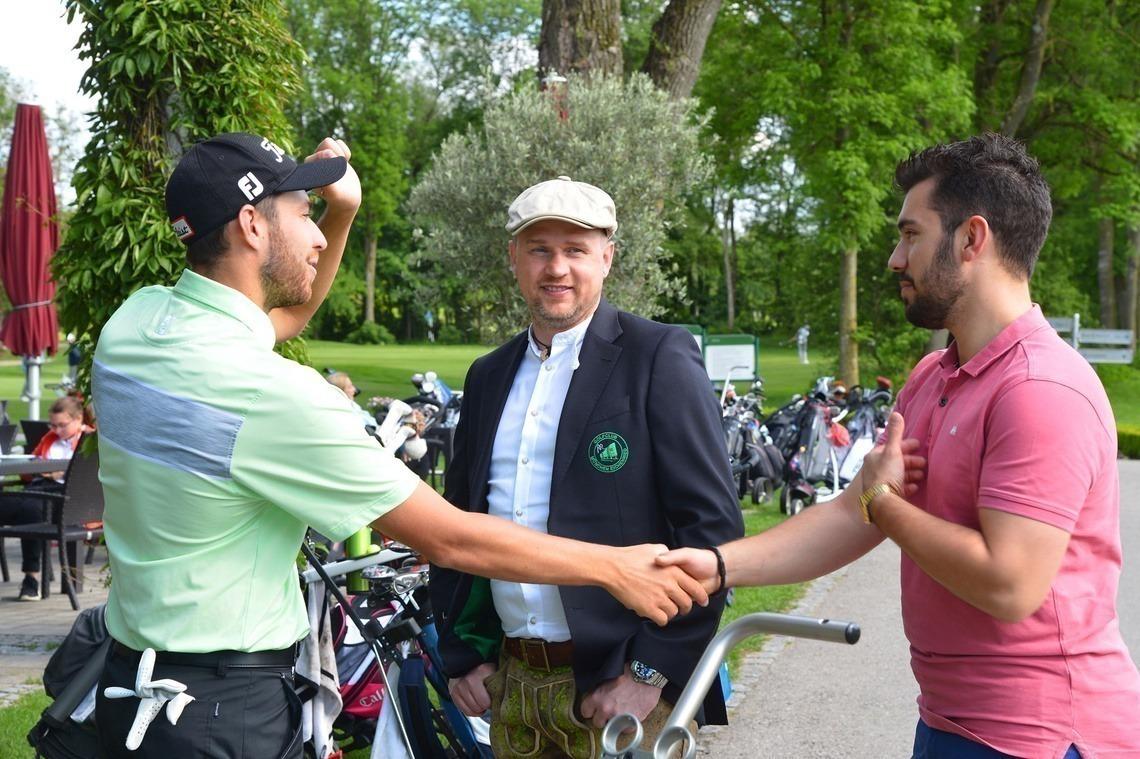 College-Spieler und Herrenteam-Stütze Thomas Rosenmüller begrüßt Sponsor Kai Pierre Thieß und Igor Weber