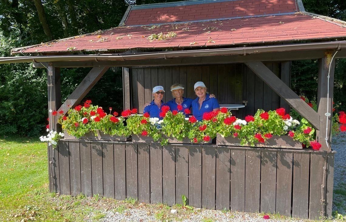 Verschnaufpause auf der Hütte im GC Riedhof: Linda Diermeier, Renate Rebholz und Evi Rath, v. l. n. r.
