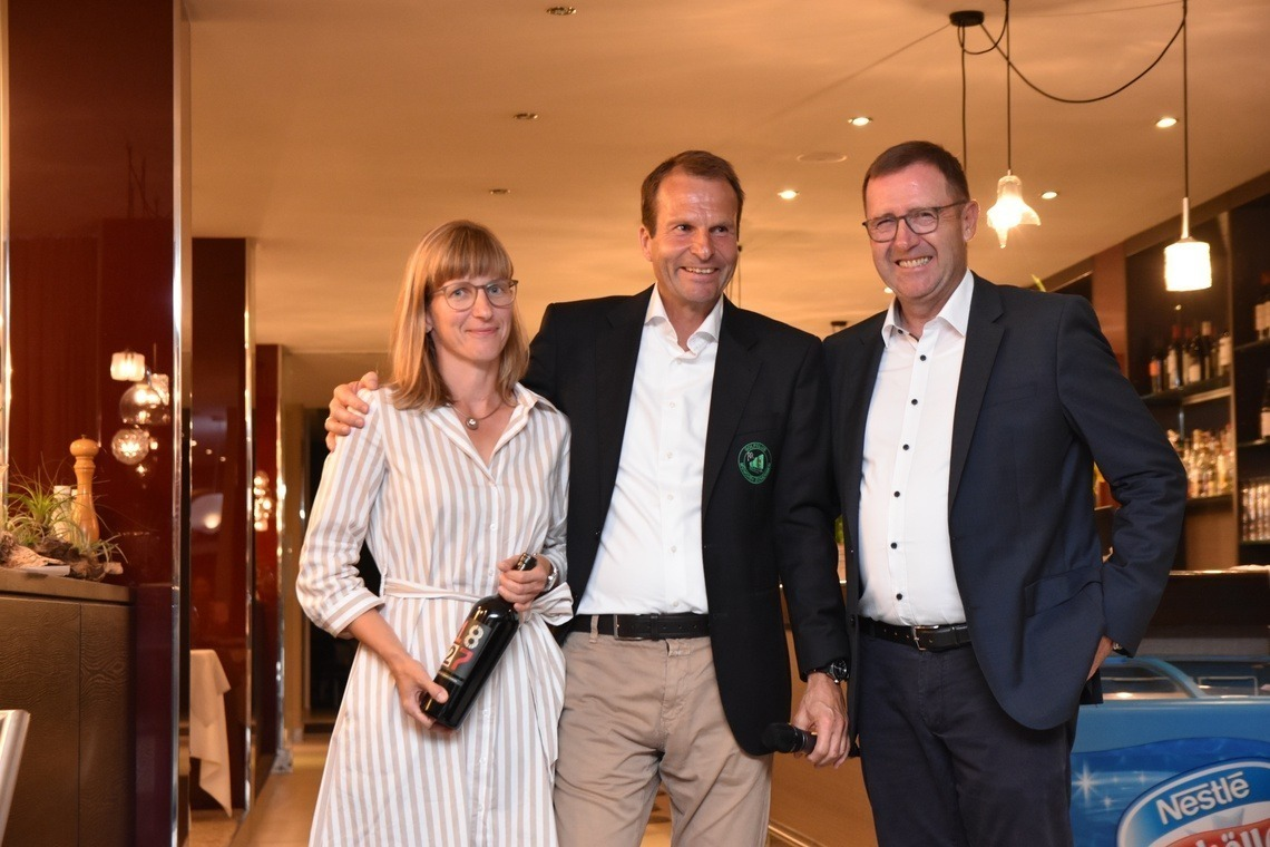 Anne Mohs gelang an der B 3 ein Hole-in-one – und damit gewann sie auch den Nearest-to-the-Pin-Preis. Wolfgang Michel, links, und Präsident Karl-Friedrich Löschhorn gratulierten herzlich.
