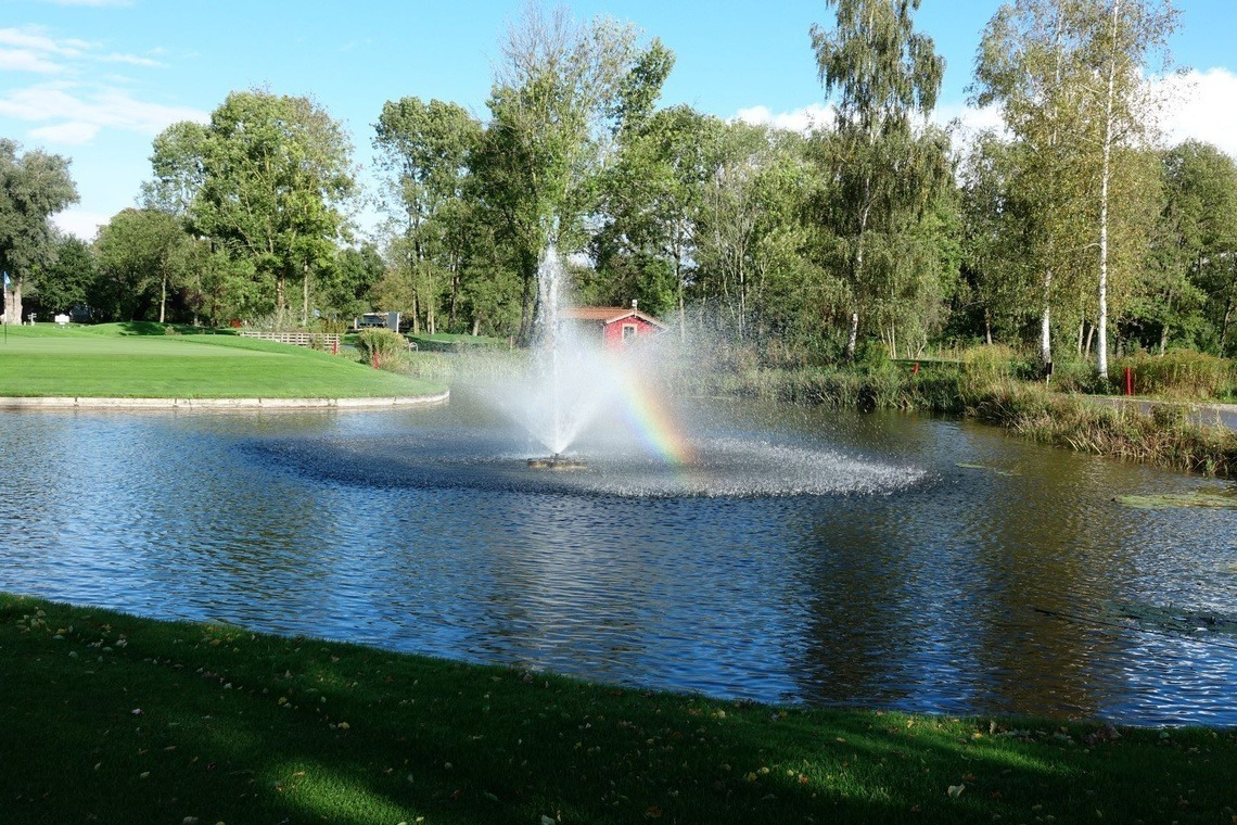 Immer schön: Golfclub München Eichenried mitsamt Springbrunnen-Regenbogen