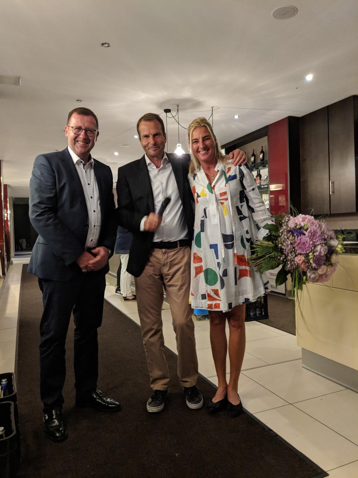Was ist ein Präsident ohne die Frau an seiner Seite? Barbara Weber bekam von Geschäftsführer Wolfgang Michel, Mitte, einen Dankes-Blumenstrauß überreicht.