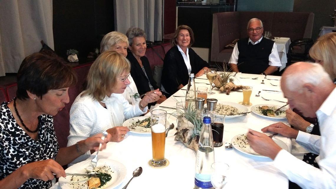 Zum Mittagessen gab es passend zum Schwarz-Weiß-Motto Basmati-Reis mit Wildreis und Zander, als Nachtisch Mousse au chocolat mit Vanillesoße.