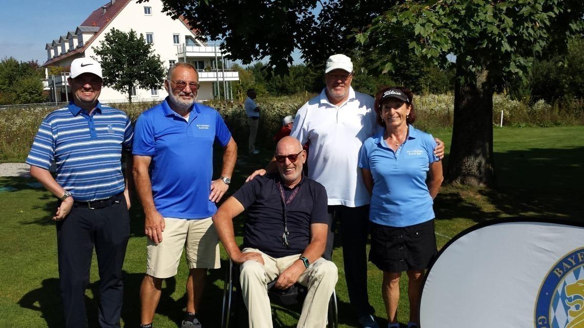 """""""BGV Helping Hands"""" steht auf den blauen Polos des Helfers und der Helferin, die im Flight von Mark Schindhelm, links, die Teilnehmer unterstützten."""
