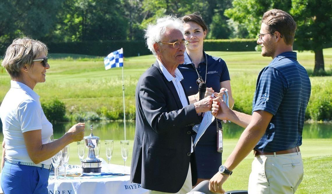 BGV-Präsident Arno Malte Uhlig überreichte Florian Moosmeier die Silber-Medaille. Foto: Frank Föhlinger