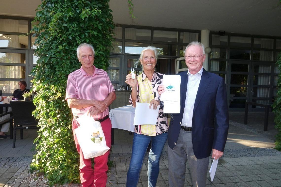Wörthsee-Senioren-Captain Hans-Peter Huber, links, überreichte seinen Eichenrieder Doppelspitze-Kollegen golferische Andenken vom GC Wörthsee.