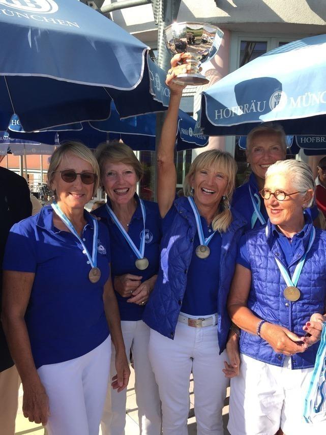Glücklich mit Pokal: v. l. n. r. Sophie Jäger, Heidi Grimm-Kund, Captain Renate Rebholz, hinten versteckt Barbara Laistner, Linda Diermeier.